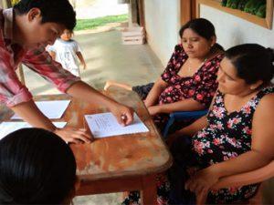 El comité de dirección de la comunidad de las Tazas obtienen nuevos conocimientos para enseñar en concordancia a su grupo de ahorro.